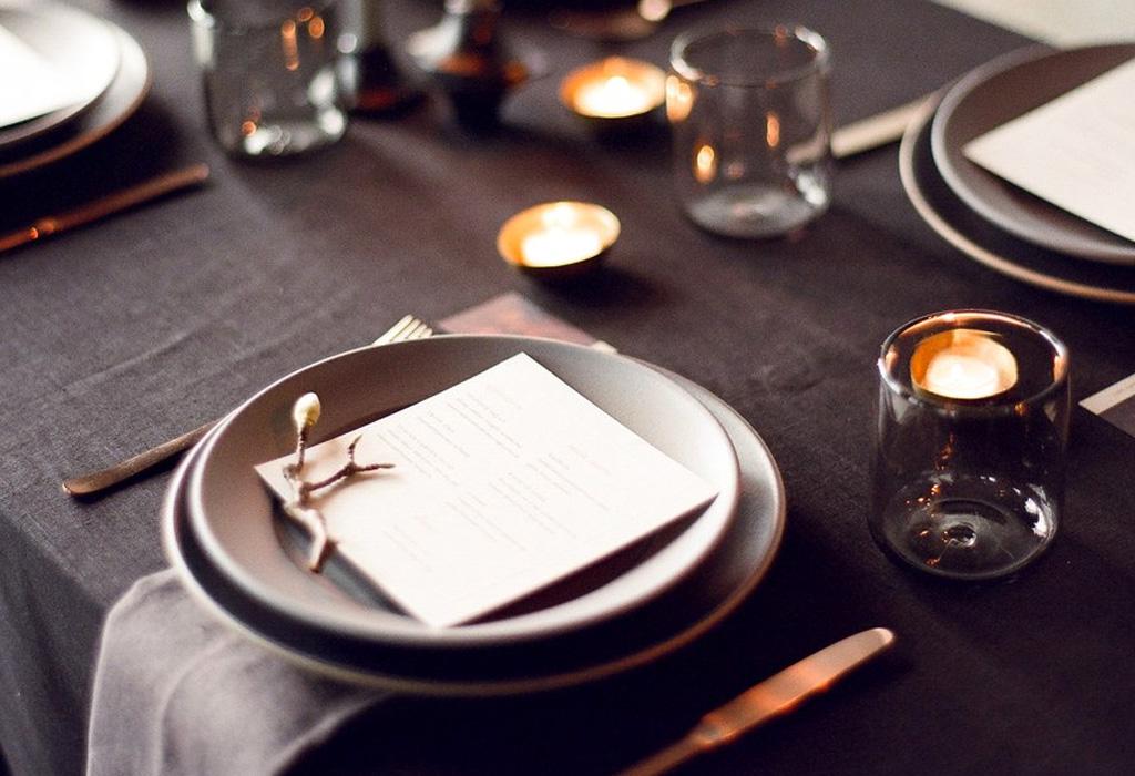Trend alert: diferentes formas de usar detalles negros en la decoración de tu boda - vajilla