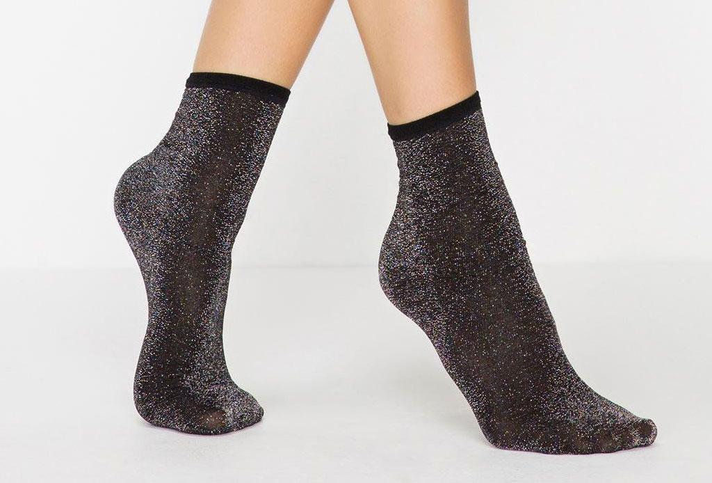 ¡Considera estos detalles antes de usar unos zapatos de plástico transparentes! - calcetas-brillo