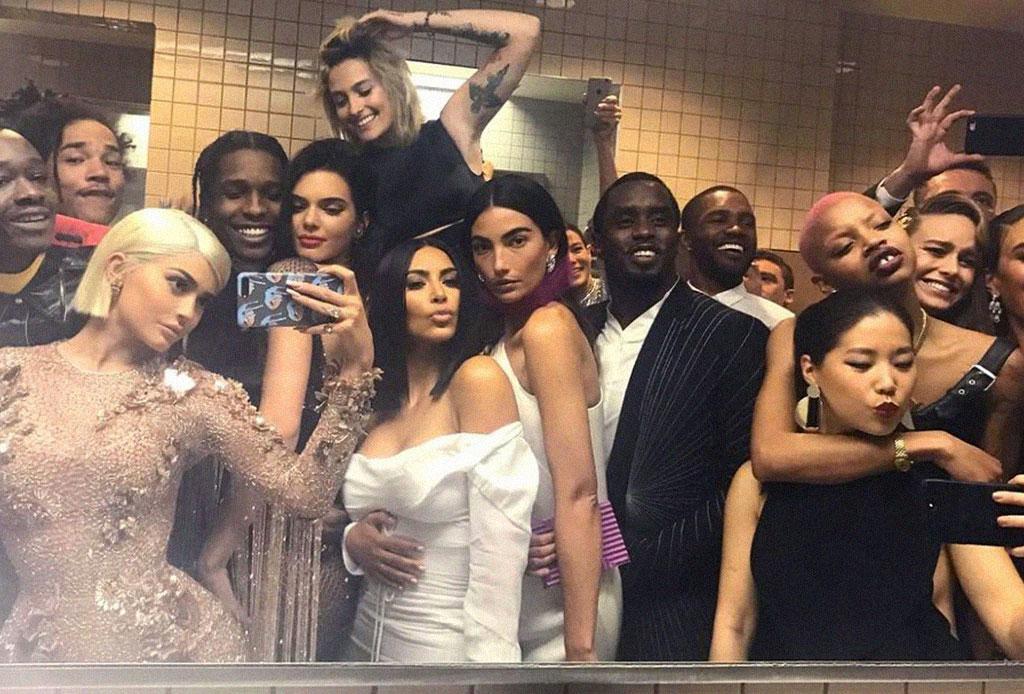 A estas celebridades les encanta tomarse selfies en el baño