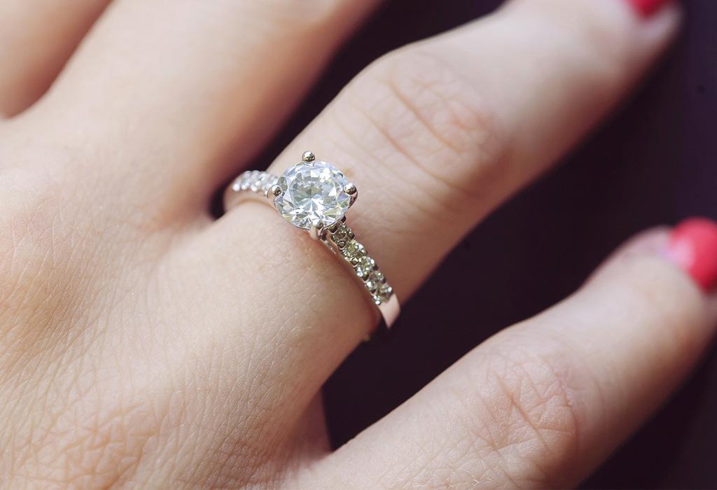 ¿Te tatuarías tu anillo de compromiso?