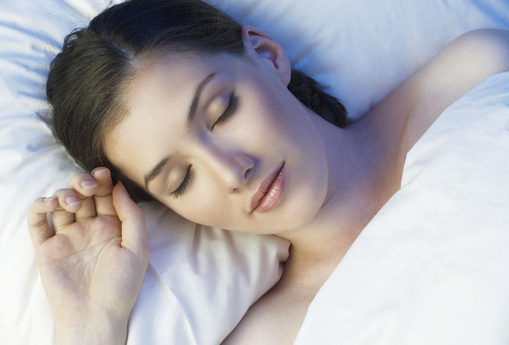 ¡Dormir de lado o boca abajo puede causar arrugas en tu rostro! - dormir-causa-arrugas