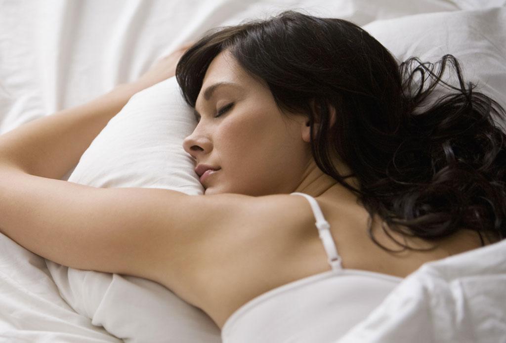 Dolor e insomnio, ¿cómo enfrentar a este dúo peligroso para tu salud? - dormir-pelo-causa-acne-2-1024x694
