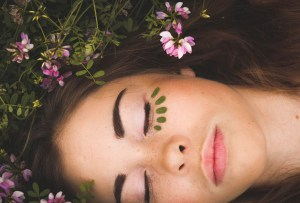 Cuida tu cara de la contaminación ambiental con estos productos