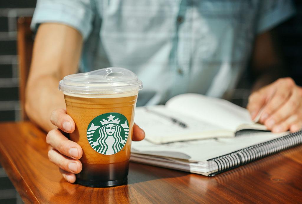 Starbucks le dice adiós a los popotes de plástico