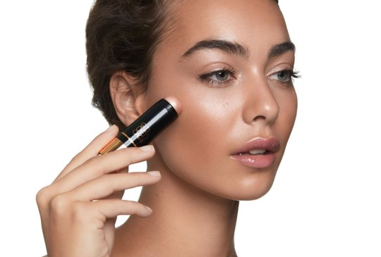 Con estos tips, tu base de maquillaje se verá tan natural como tu propia piel - tips-maquillaje-natural-5-300x203