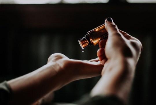 Deberías agregar el aceite de jojoba en tu rutina skincare - beneficios-en-tu-piel-aceite-de-jojoba-3-300x203