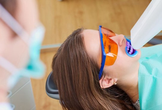 Conoce todo sobre los distintos tipos de blanqueamiento dental que existen - tipos-blanqueamiento-dental-2-300x203