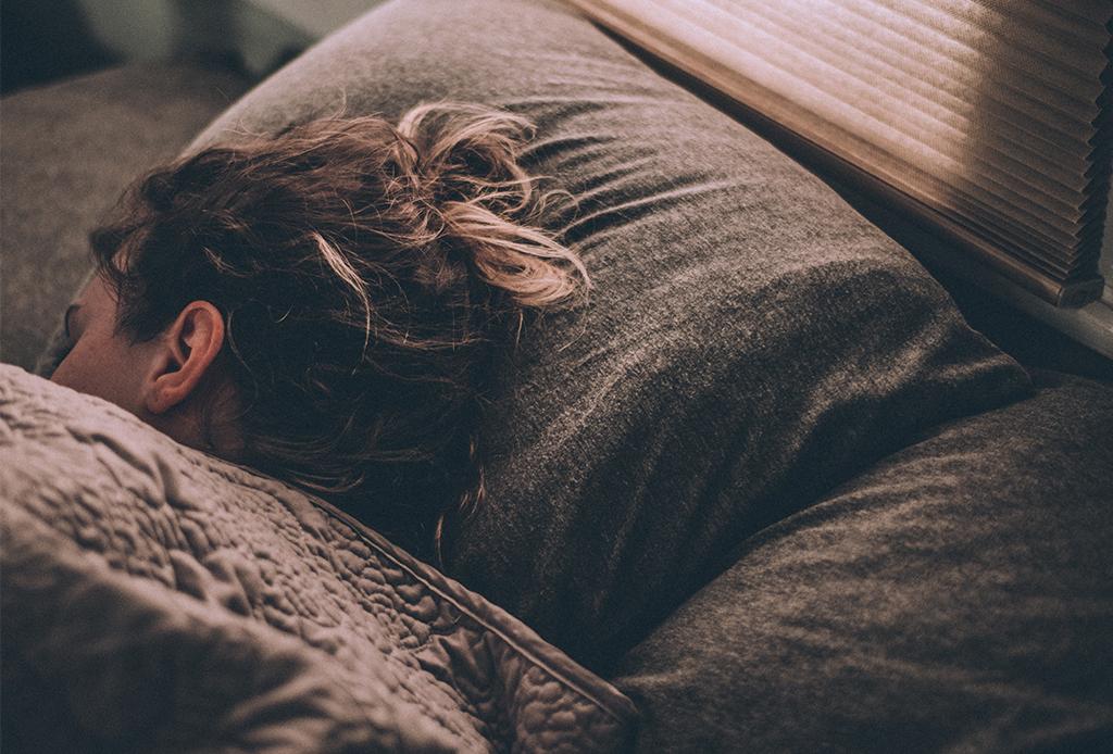 Esto es lo que pasa cuando dejas el celular afuera de tu cuarto mientras duermes - celular-suencc83o-1