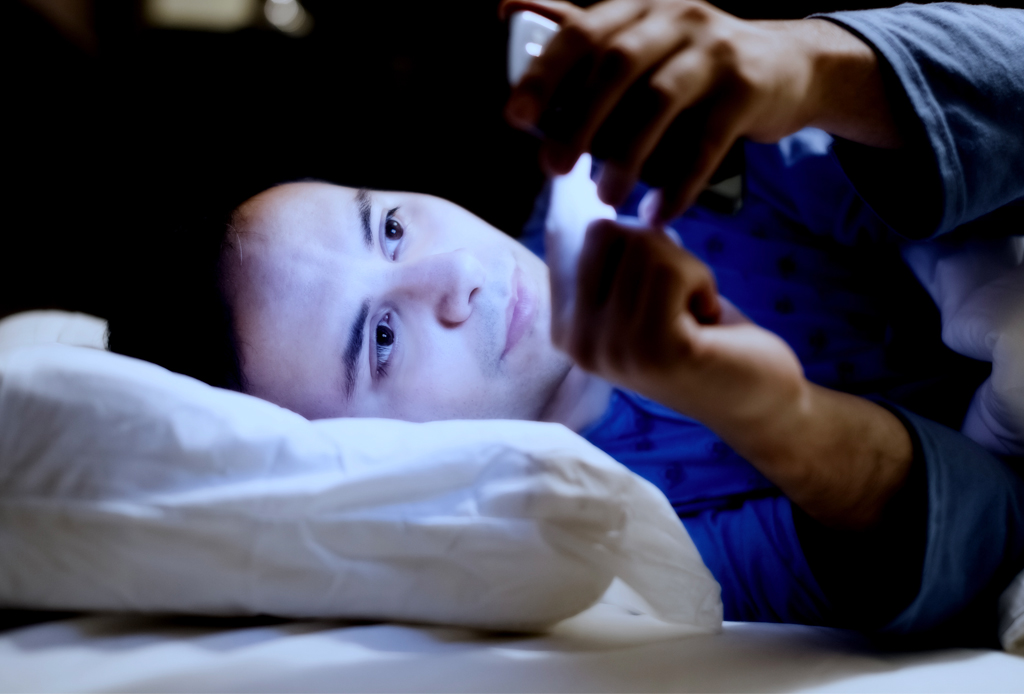 Esto es lo que pasa cuando dejas el celular afuera de tu cuarto mientras duermes