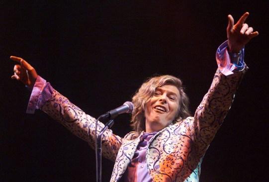 ¡Atención melómanos! Deben sumar David Bowie Glastonbury 2000 a su colección - david-bowie-glastonbury-2000-1-300x203