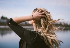 6 peinados para verte increíble cuando no te lavas el pelo