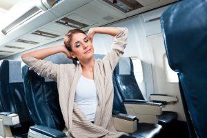 Estiramientos para hacer en el asiento del avión para evitar dolores musculares al volar