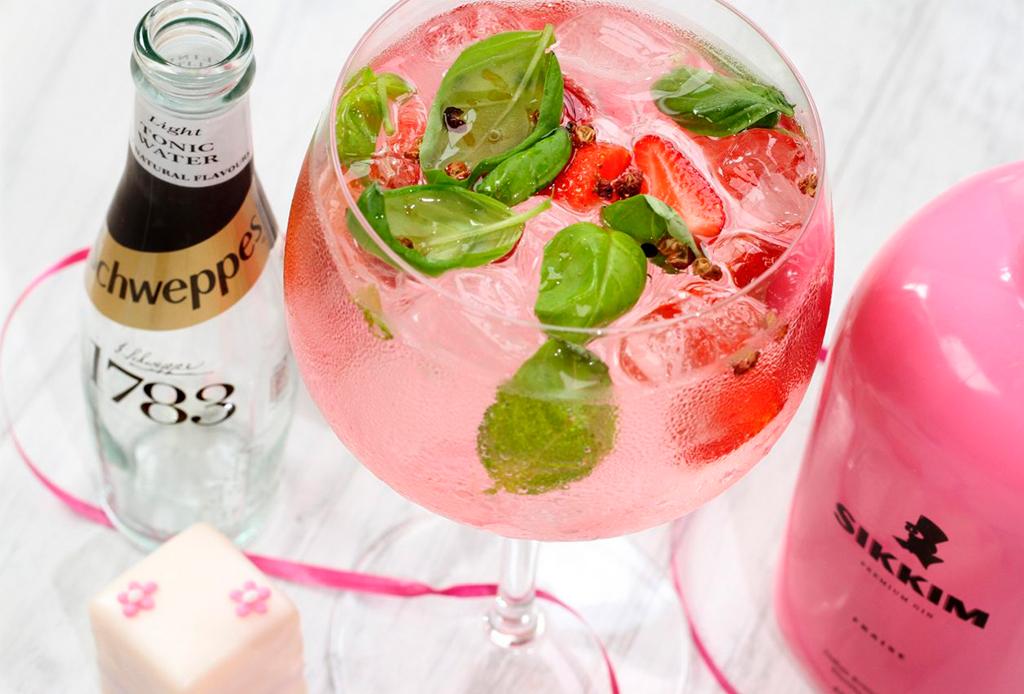 Dale un giro a un drink clásico como el gin and tonic, ¡y házlo rosa!