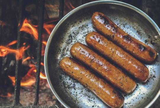 ¿Sabías que estos alimentos provocan el envejecimiento prematuro de tu cuerpo? - salchichas-300x203