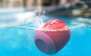 6 bocinas resistentes al agua ideales para tus aventuras