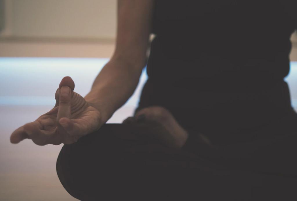 Rutina nocturna para dormir bien - meditacion-mindfulness-petit-bambou-app-1024x694