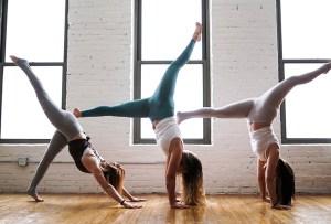 Por qué no debes hacer inversiones en yoga durante tu periodo