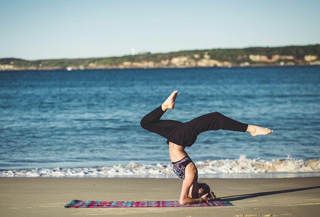 Por qué no debes hacer inversiones en yoga durante tu periodo - inversiones-yoga-3-1024x694