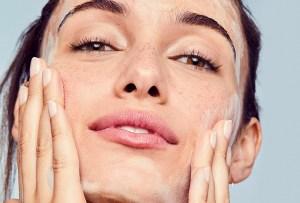 Por qué tu piel necesita exfoliación química y física