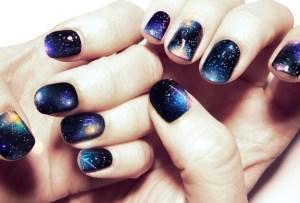 Uñas cósmicas: lleva las estrellas en tus manos