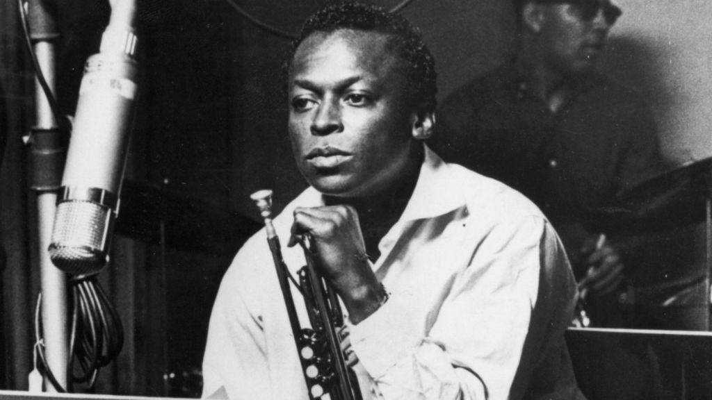 Discos esenciales para entrar al mundo del jazz - miles-davis-1024x576