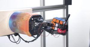 Este robot puede resolver un cubo rubik con una sola mano