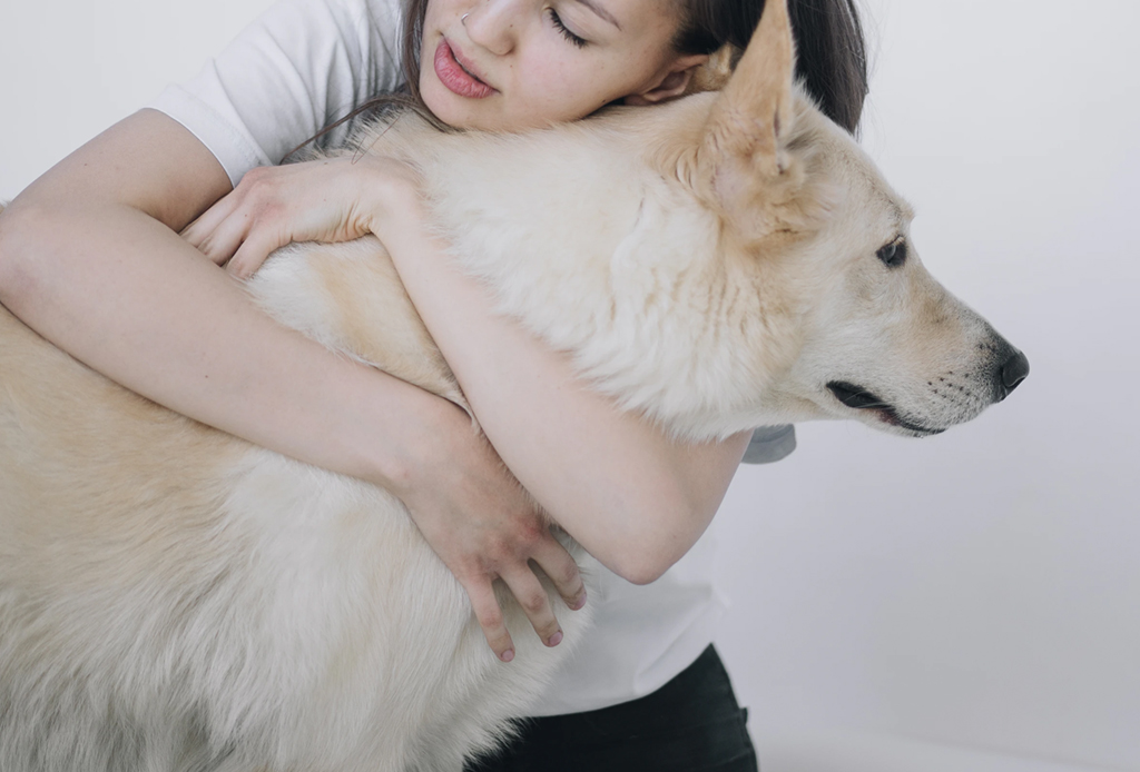 8 formas de olvidarte de un mal día - abrazar-mascota