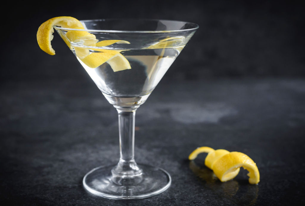 Estos son los drinks favoritos de la reina de Inglaterra - dry-martini-1024x694