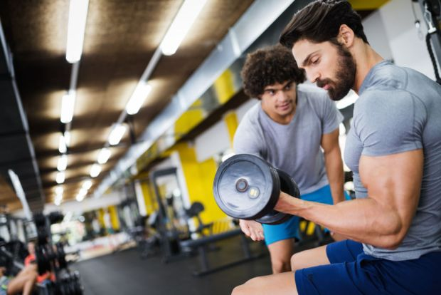 Beneficios de tener un entrenador personal - man-doing-workout-with-a-personal-trainer-ea4u7km