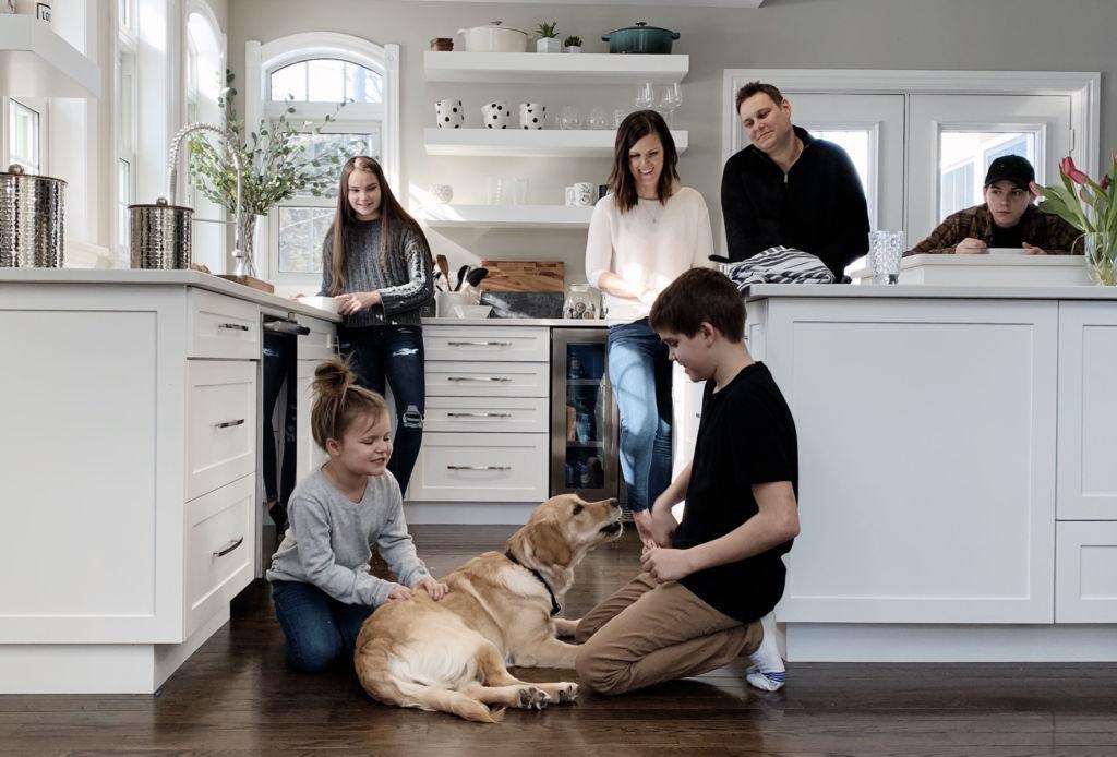 ¿Cómo prevenir que tu perro se estrese en cuarentena? - perro-familia-1024x694