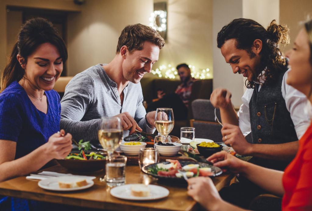 Tipos de amigos que necesitas para la próxima década - amigos-cena