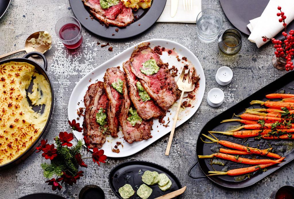 Maneras de hacer tus fiestas navideñas más sustentables - cena-navidad