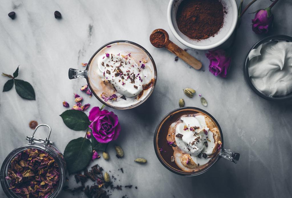 Prepara este chocolate caliente con rosas y cardamomo para las tardes de invierno