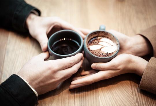 Estos son los mejores alimentos para la salud de tu cerebro - cita-pareja-cafe