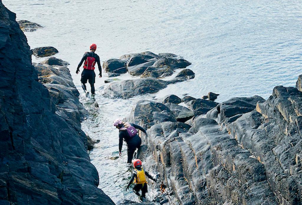 ¿Te consideras un aventurero? Tienes que conocer Coasteering ¡ahora! - coasteering-3