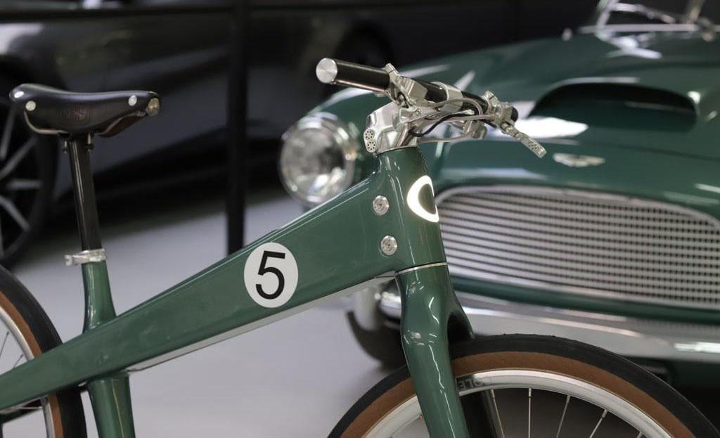 Así es la primera bicicleta eléctrica de Aston Martin inspirada en un clásico - coleen-aston-martin