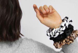 Cómo hacer tus propias scrunchies, el accesorio de la temporada