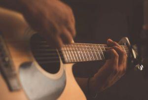 Estas clases de guitarra son todo lo que necesitas para sacar a tu músico interior