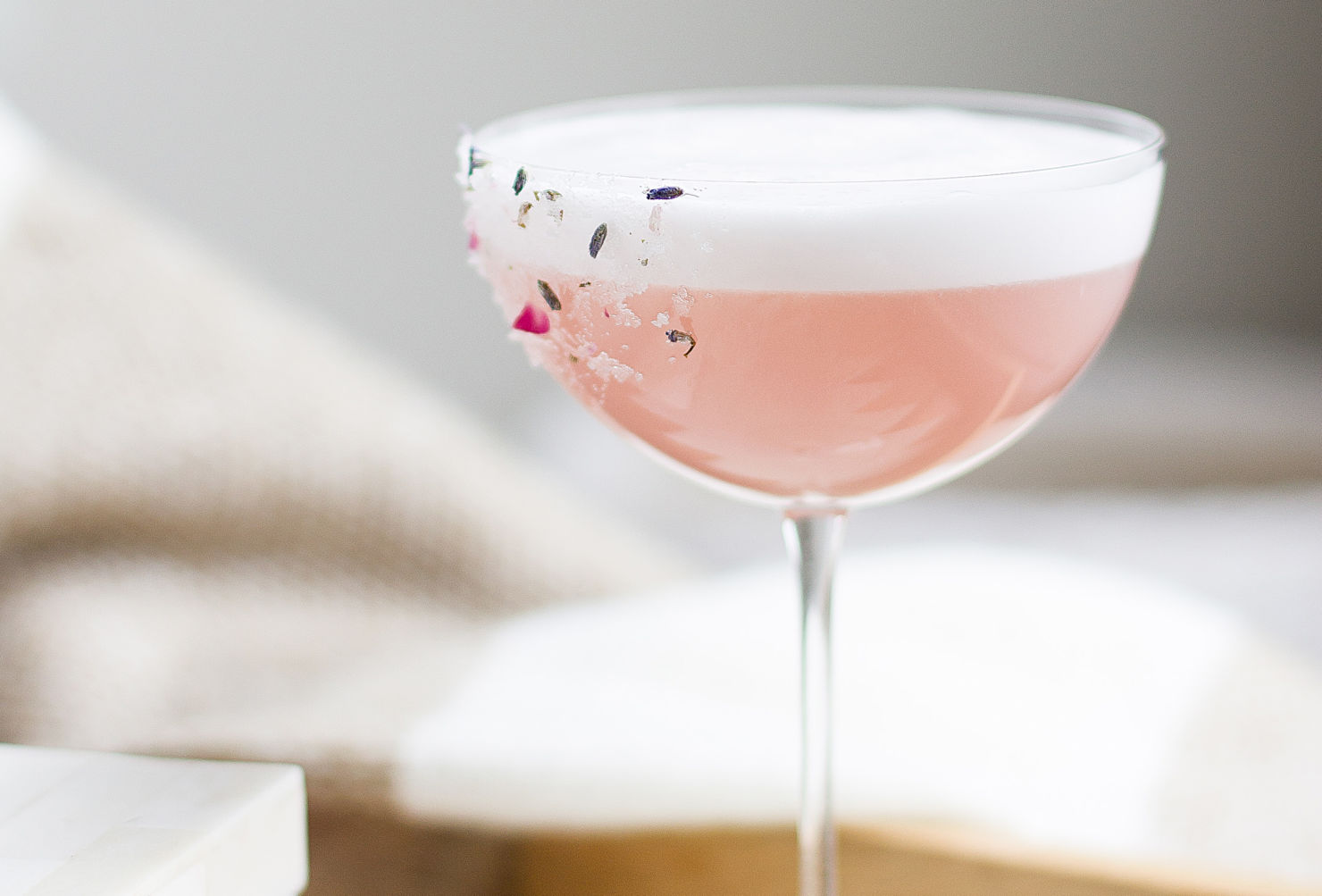 Tenemos la receta para un refrescante Gin Sour con jamaica ¡facilísima!