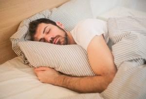 Posturas de yoga para prepararte para dormir delicioso