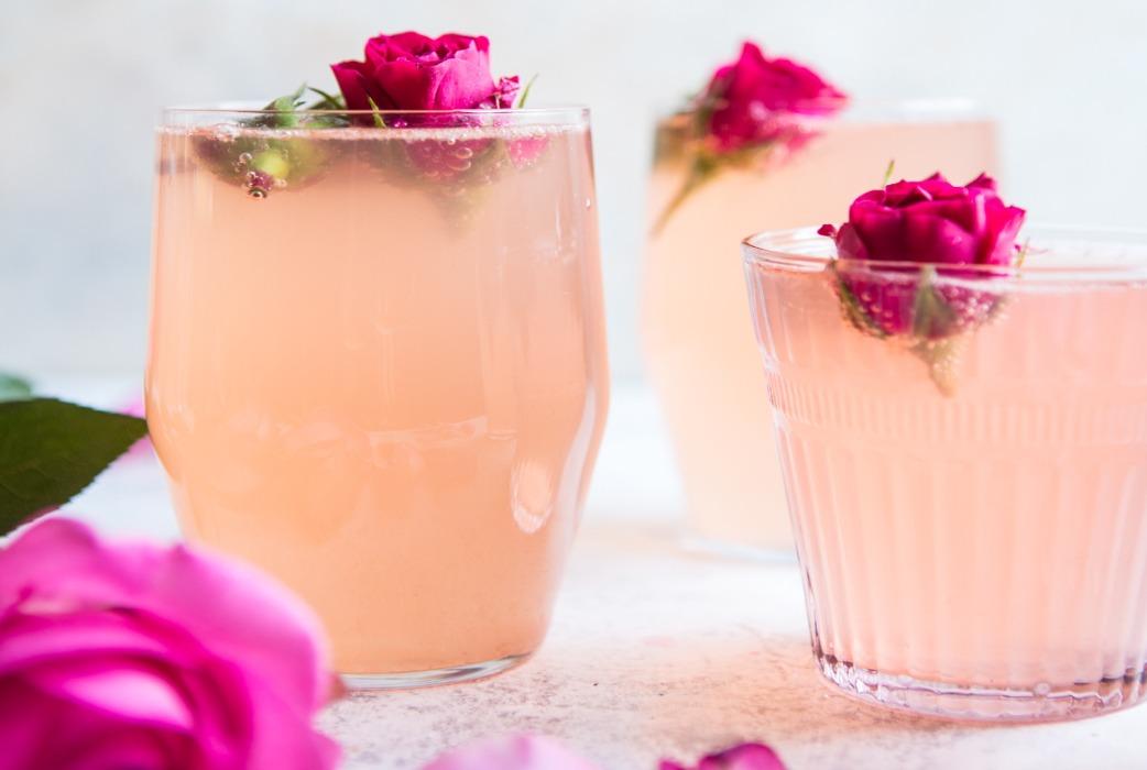 ¡Refréscate y enamórate del sabor de estas bebidas hechas con flores! - agua-de-rosas
