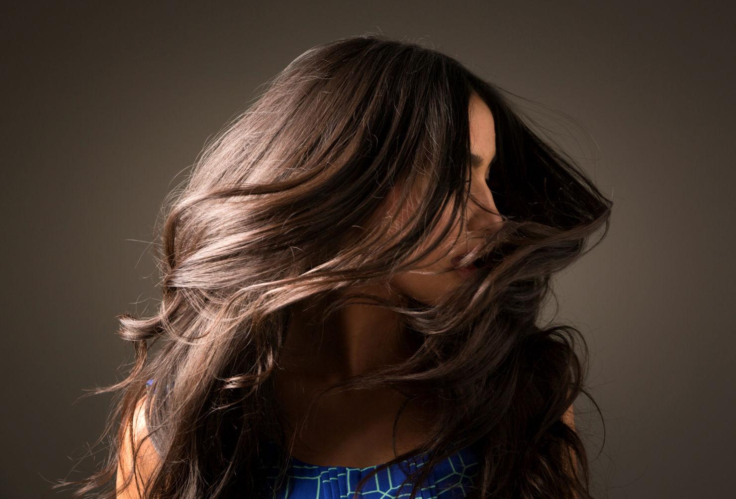 Cómo darle brillo extra a tu pelo si es obscuro