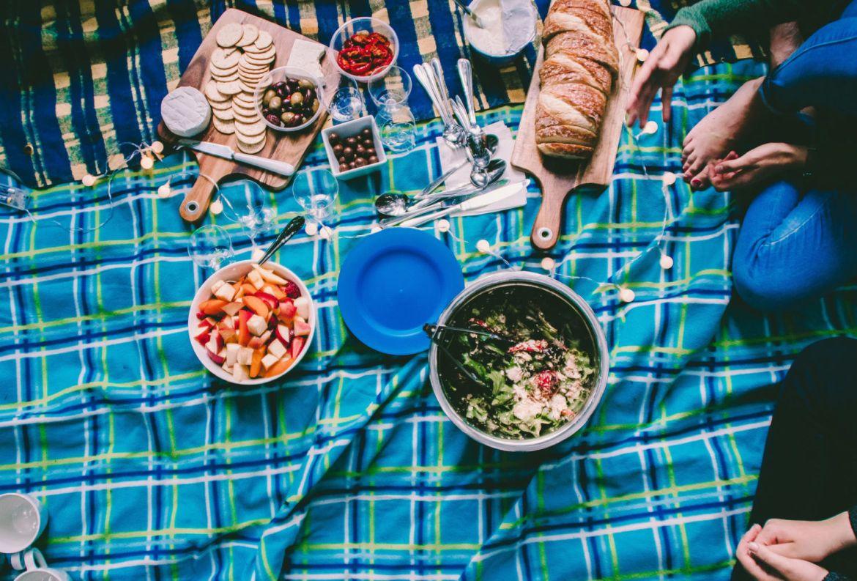 5 básicos para un picnic perfecto en tu jardín - mantel-como-hacer-picnic-en-casa