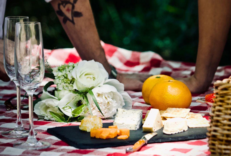 5 básicos para un picnic perfecto en tu jardín - mantel-picnic-en-casa