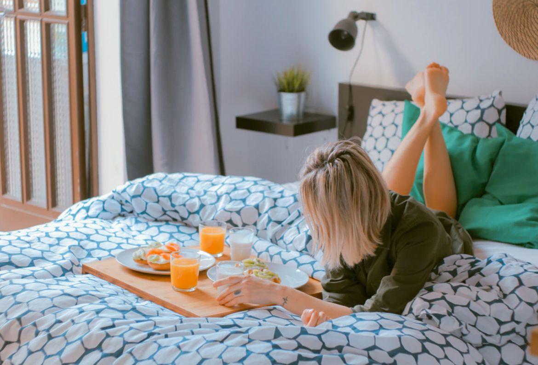 Así puedes armar un plan de staycation perfecto - desayuno-en-la-cama