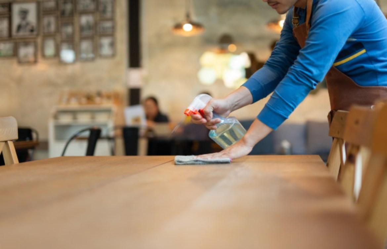 Comienza la reapertura de restaurantes en la CDMX y esto es lo que debes saber - limpiar-mesa