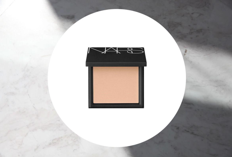 10 bases de maquillaje con protección solar que necesitas YA - nars-all-day-luminous-powder