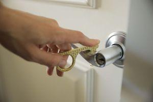 Conoce el accesorio para abrir puertas, recibir comida y más sin contacto