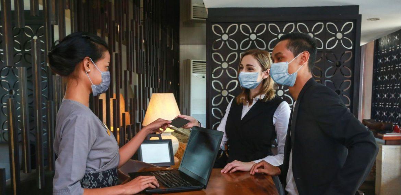 Tips para viajar sin arriesgar tu salud y la de los demás - hotel