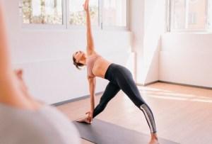 5 posturas de yoga para hacer detox y limpiar el cuerpo